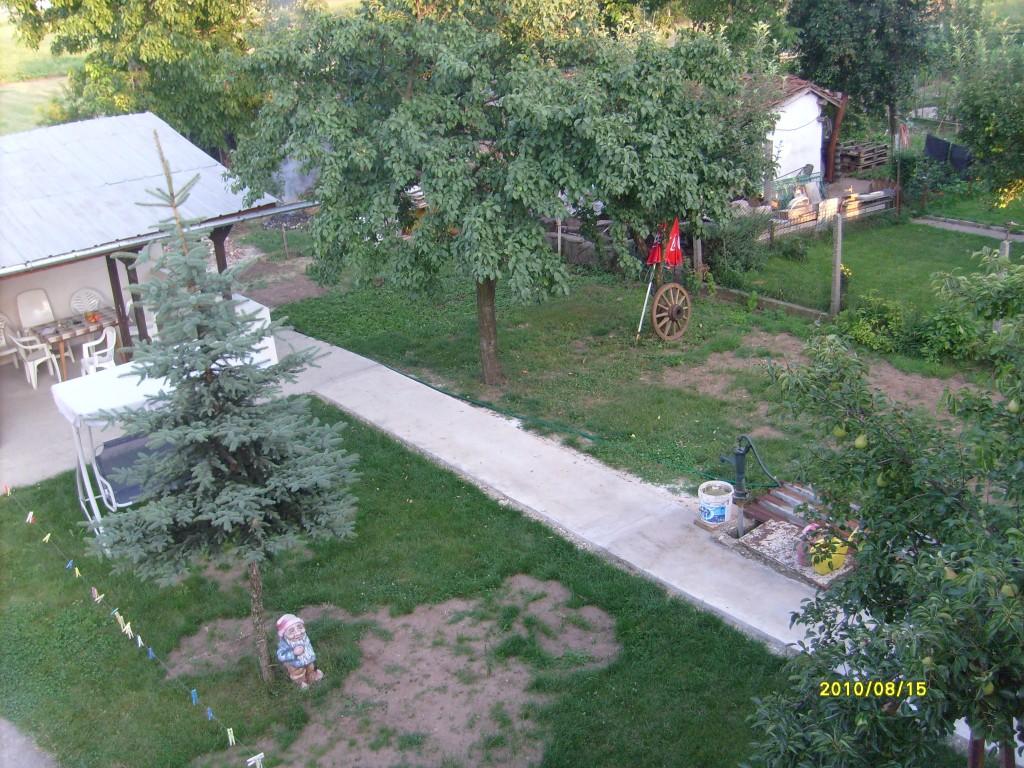 Двор на къщата в Казичене